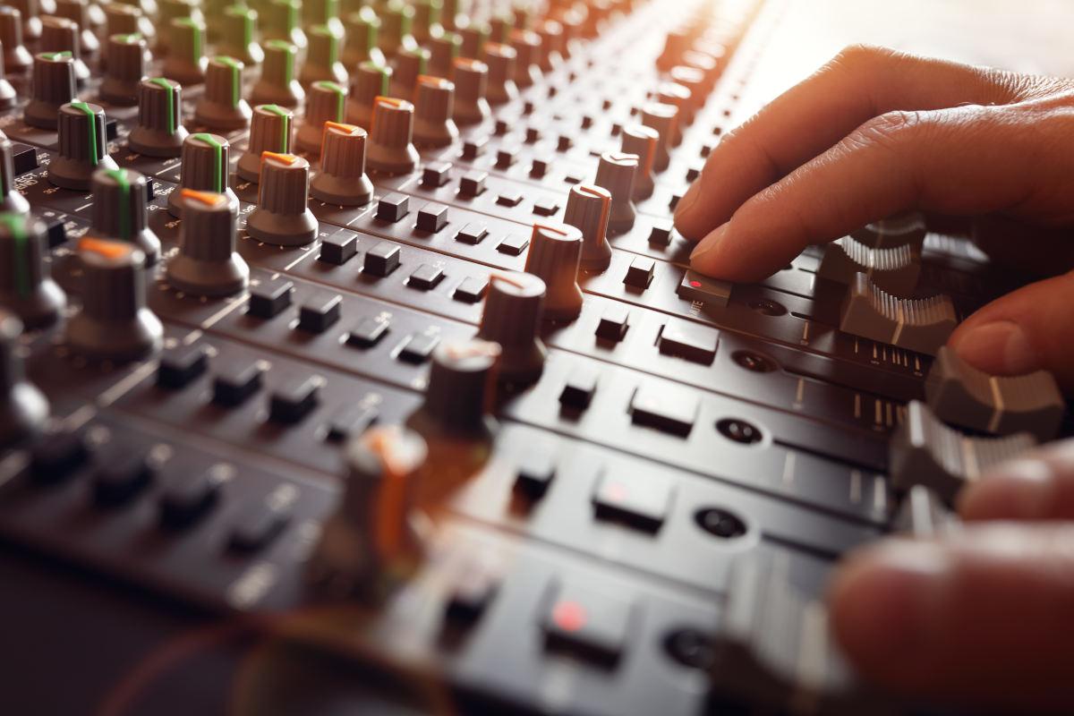 Akcesoria DJ niezbędne do rozkręcenia imprezy